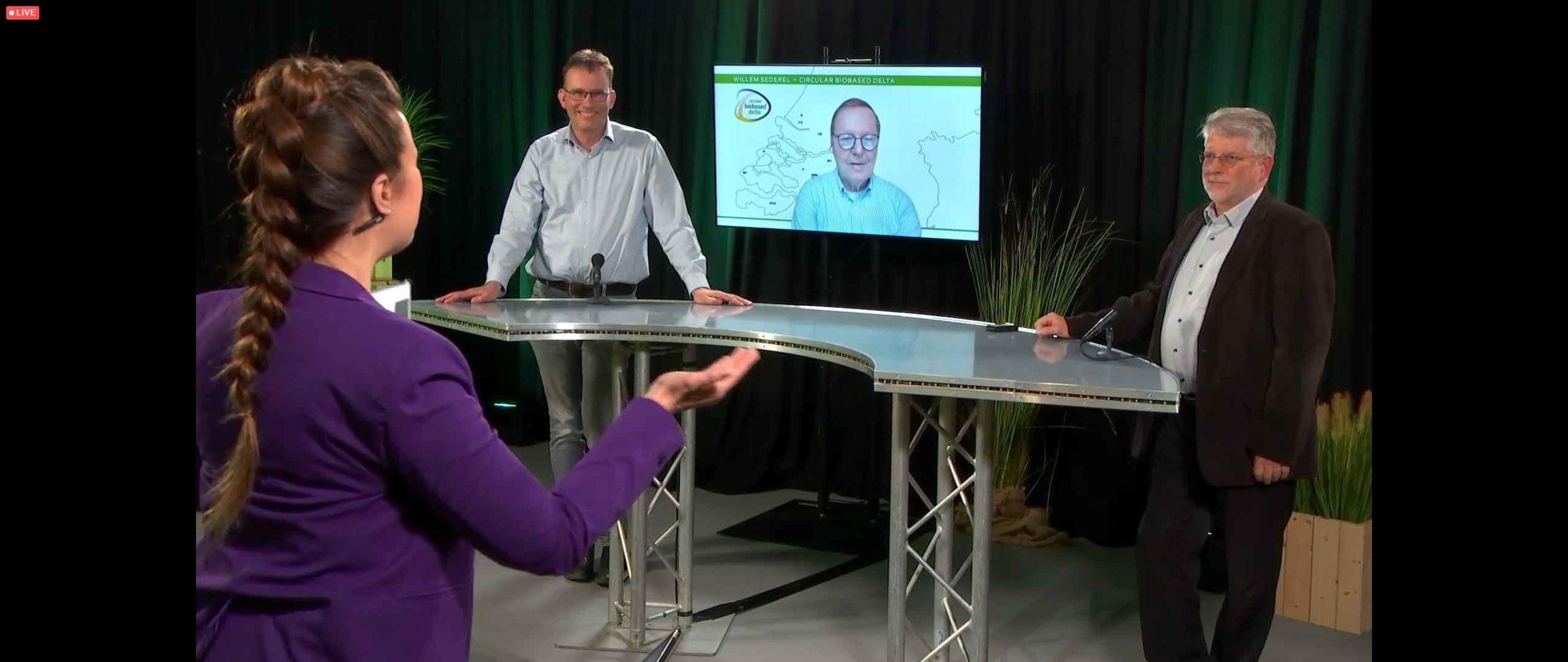 Willem Sederel on screen between Chris de Visser (l) and Hans van Klink (r)